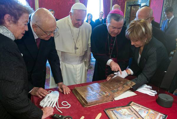 Codex-Rossanensis-mostrato-a-Papa-Francesco-durante-visita-Quirinale